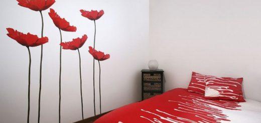 маки на стене в интерьере спальни
