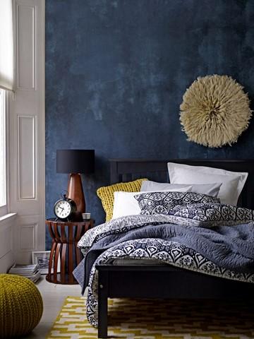 Темно синий цвет стен в интерьер спальни