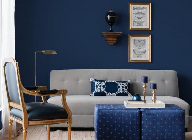 Темные оттенки синего в интерьер гостиной