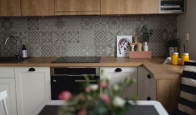 серая плитка кухонного фартука