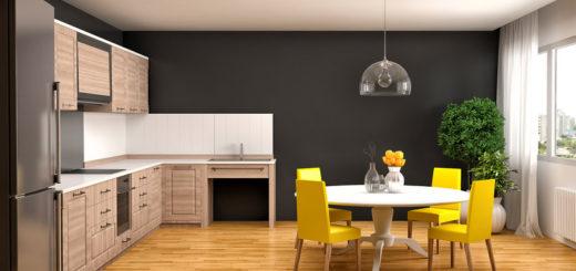 Желтые стулья на фоне черной стены увеличивают пространство кухни
