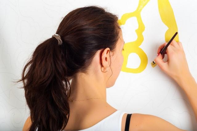 желтый рисунок на белой стене