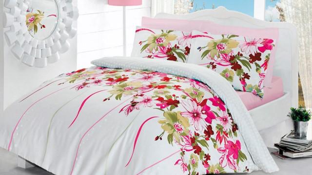 яркое постельное белье на кровати