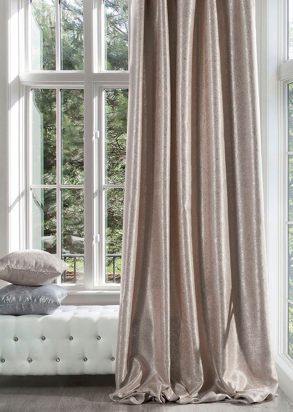 Красивые шторы с легким блеском добавляют элегантности