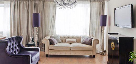 Фиолетовый диван выгодно подчеркивает весь дизайн