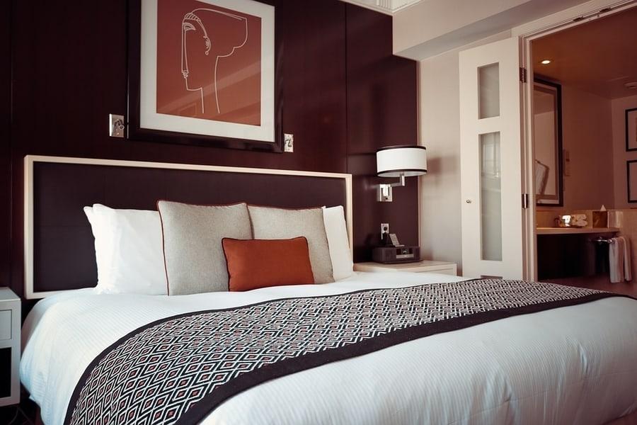 Сочетание цветов и элементов в дизайне спальни