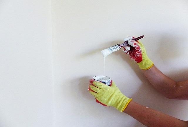 красить белой краской стену