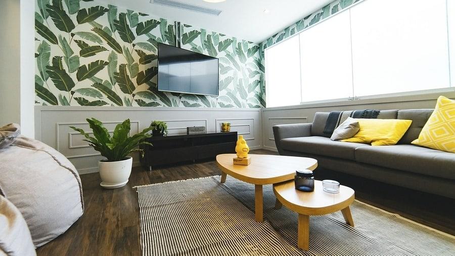 Тропические мотивы на стене за телевизором как основной акцент в комнате
