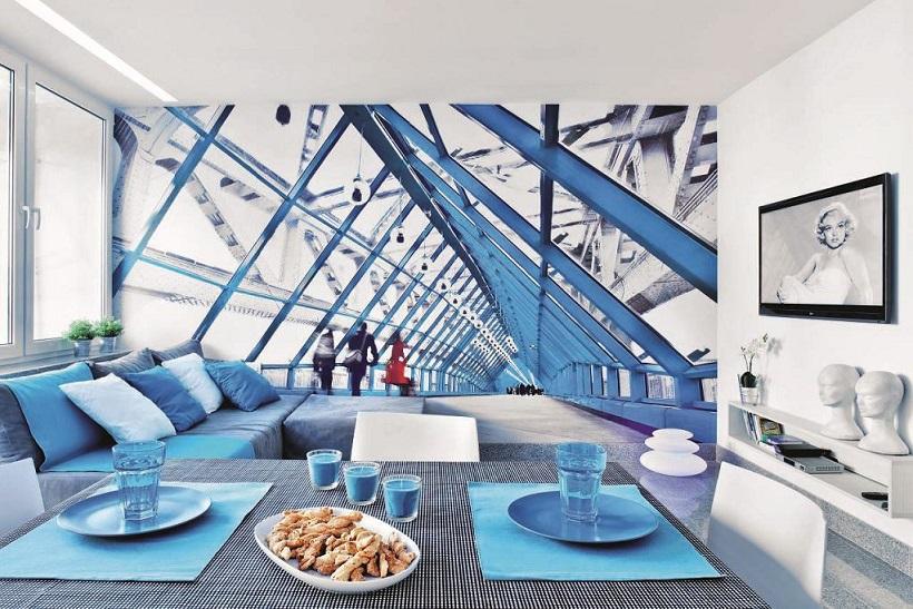 голубая мебель и рисунок на стене в сочетании с серым