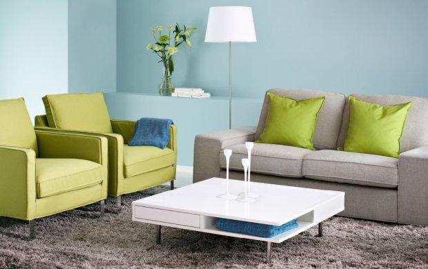 Яркая мебель и подушки зеленого цвета в интерьере