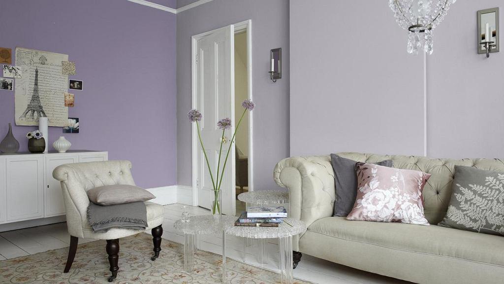 Гостиная с серой мебелью и фиолетовыми стенами