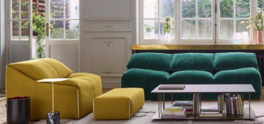 Красивое соччетание двух ярких диванов в интерьере гостиной
