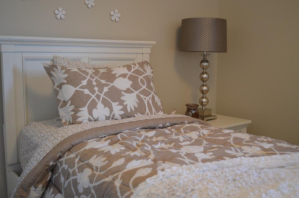 покрывало и подушки на кровати