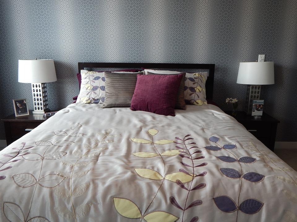 покрывало ручной работы и разноцветные подушки придают спальне элегантность