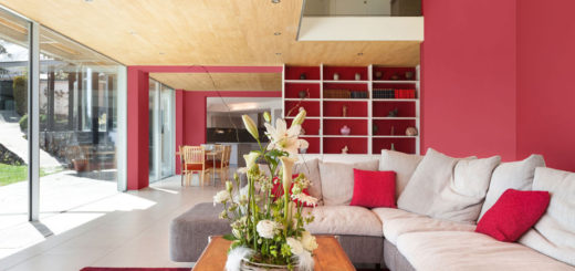 Яркие стены и акценты делают интерьер гостиной несколько театральным, но очень уютным