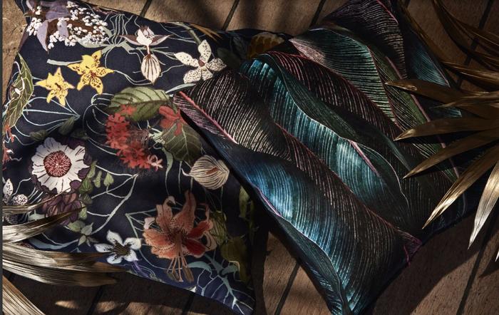 Ткань и подушки с растительным мотивом