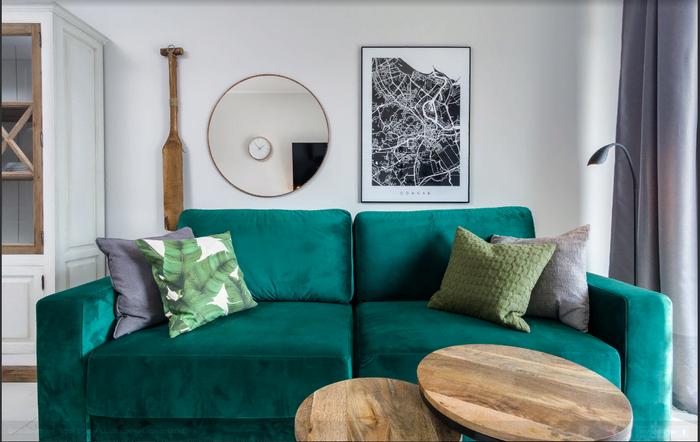 Зеленый диван и подушки