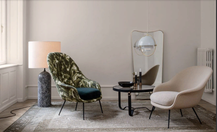 Кресло украшает тропический рисунок