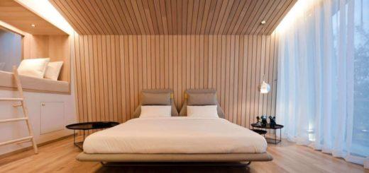 отделка деревом стен и потолка в спальне