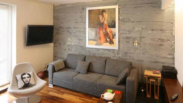 Небольшая картина над диваном