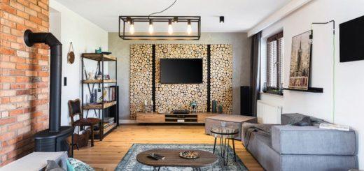 Просторная гостиная в винтажном стиле с чугунным камином