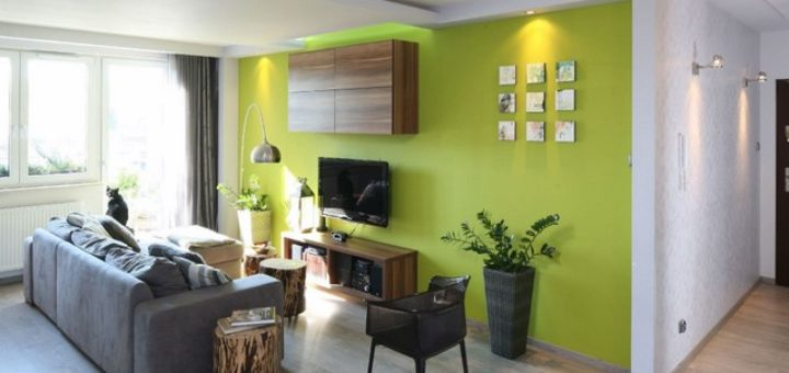 Сочно-зеленая стена в гостиной-это сильный акцент и источник положительной энергии