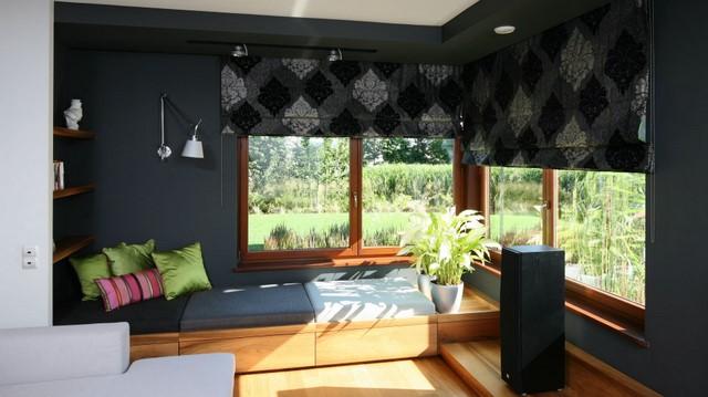 За окном зеленый сад, а в интерьере бархатные шторы, напоминающие лесной заросли