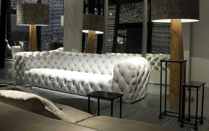 стеганный белый диван
