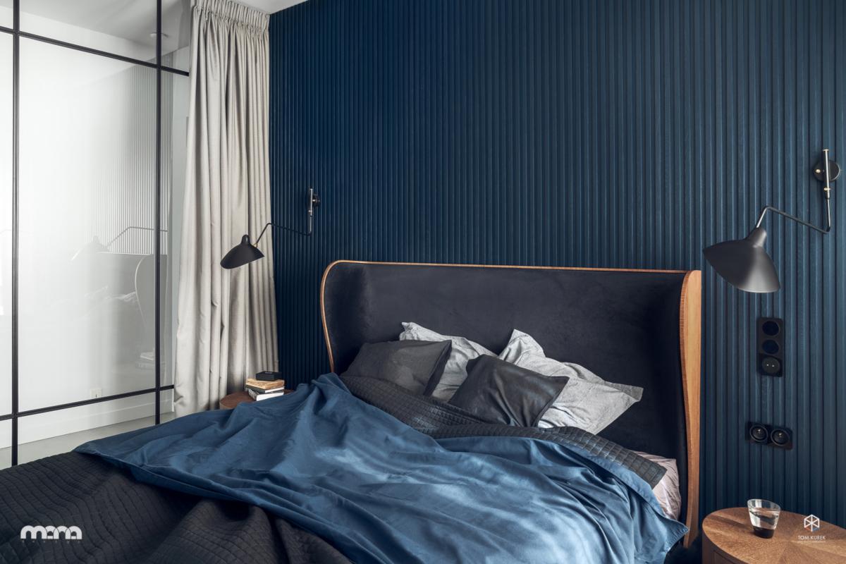 Синий цвет стены за кроватью
