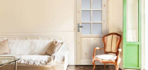 Деревянные двери со стеклом в гостиной