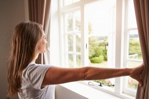 открыть окна и проветрить
