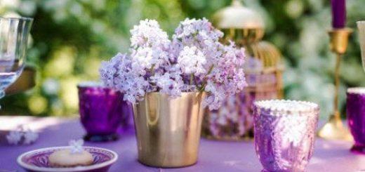 стол в саду украшен цветами