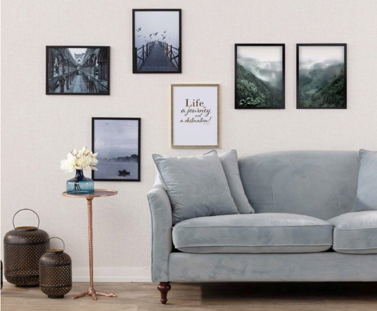 сочетание картин и серого дивана
