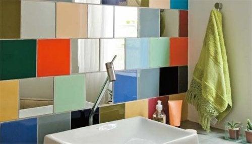 разноцветная плитка в ванной