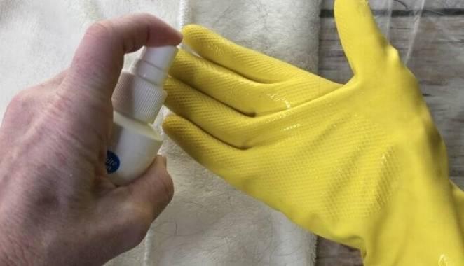 Лак для волос и резиновая перчатка