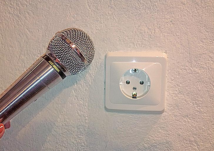 Микрофон поможет вам найти правильное место, чтобы просверлить отверстие