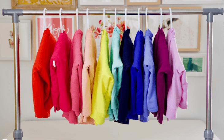 сложенные свитера