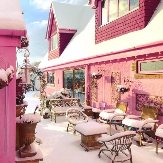 розовый дом зимой