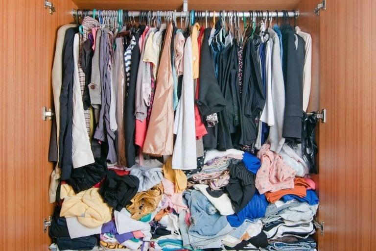 полный шкаф одежды