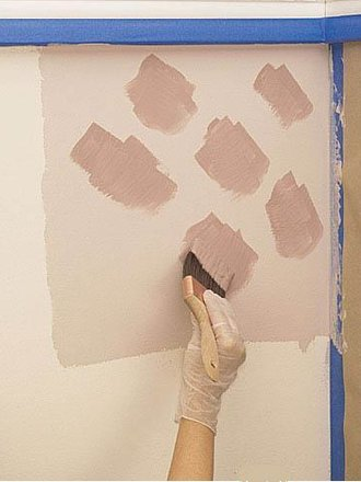 нанести краску на стены мазками