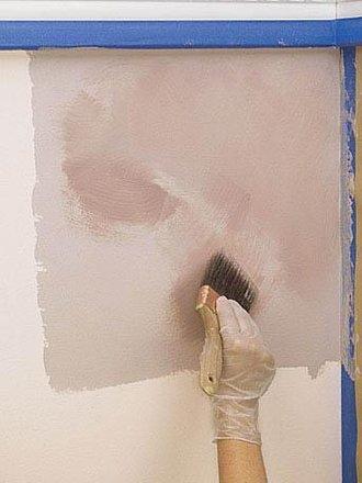растереть краску кистью по стене