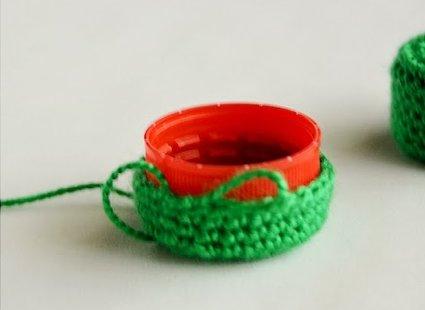 крышка обвязанная зелеными нитками