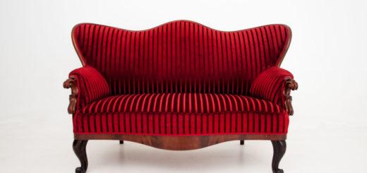 красный антикварный диван